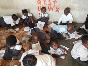 bouwstenen zambia, geen tafeltjes, lessen op de grond
