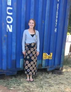 Janna poseert bij container juni 2018 (2)
